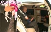 Chauffeur neukt kleindochter klant