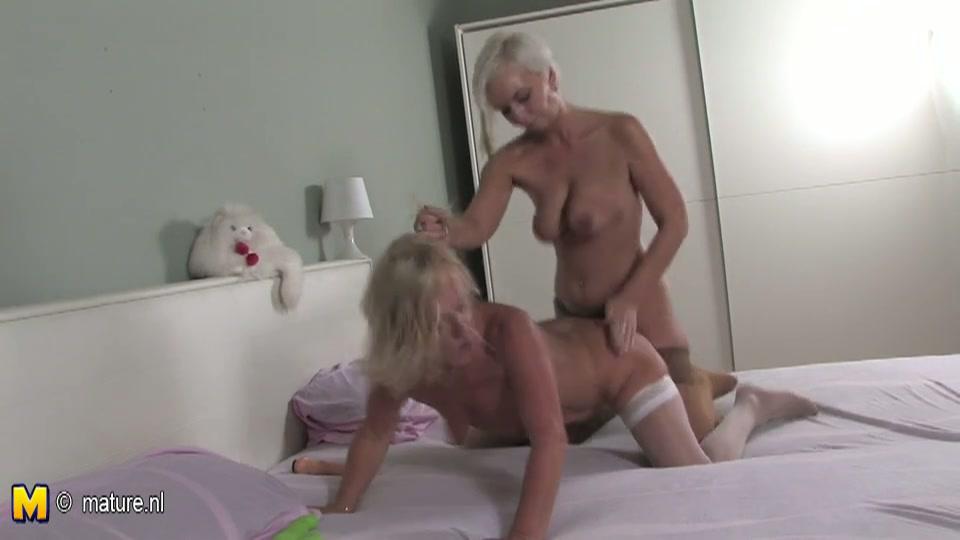 Lesbische oude teef geneukt door blonde slet