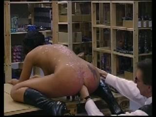 Met klemmen op haar vagina extreem anal gevuist penetreert