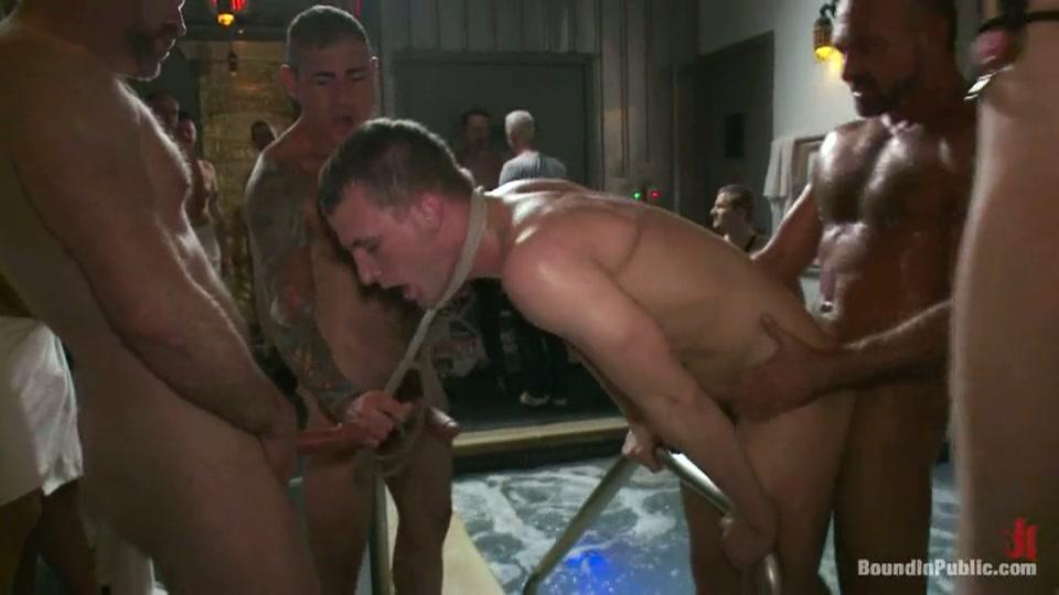 homo wordt ontgroend in homo gangbang