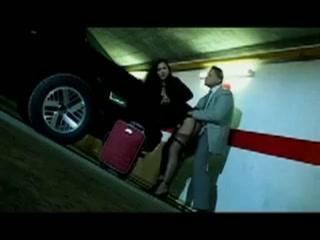 in de parkeergarage vult hij haar waffel met cum
