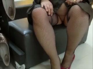 gezette eega wandelt in het openbaar met niks aan alleen haar stockings en regenjas.