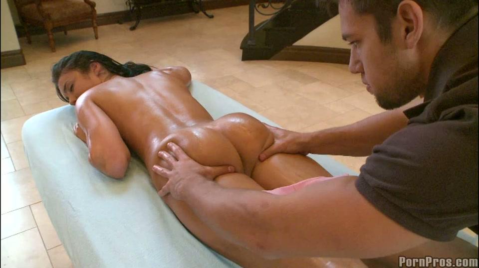 Haar hitsige lijf krijgt een zwoele massage