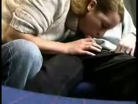 Geil stel filmt de pijpbeurt in de trein