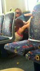 Jonge lesbiÎnnes betrapt tijdens het beffen in de trein