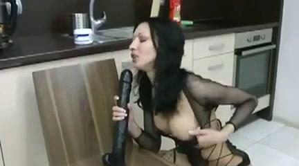 Ze laat haar buik bewegen door de grote dildo die diep in haar anus zit
