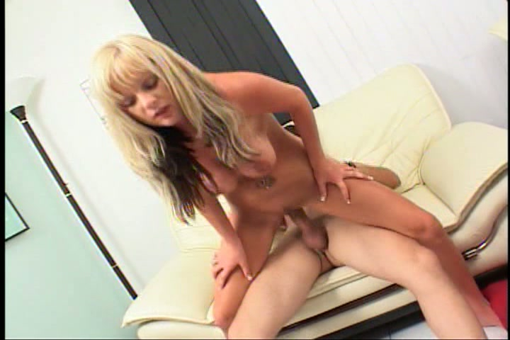 Blonde amateurslet porno actrice voor een dag