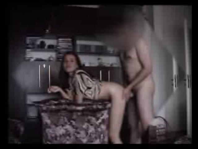Het meisje perst de sperma uit haar kut die hij net in haar heeft gespoten