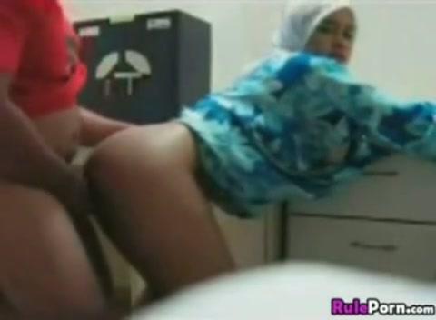 Hij neukt het geile moslima meisje hard