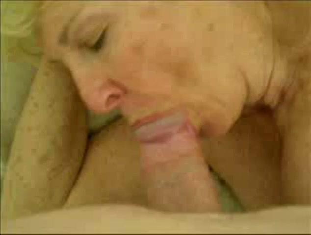 Oudere dame zuigt aan een dikke lul