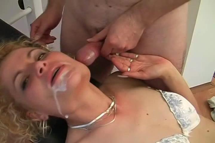 Na het pijpen en neuken spuit hij haar mond vol sperma