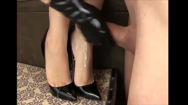 Een gehele vracht cum spuit over haar erotisch voetjes