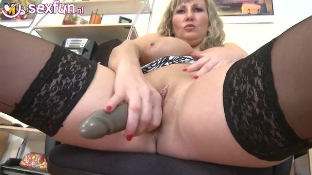opgewonden mature wijf geeft wellustig masturbatie showtje