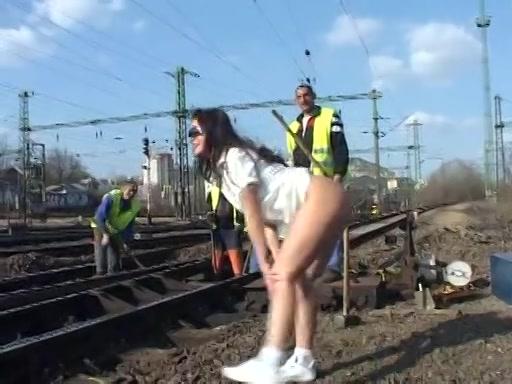 Ze flashed haar blote gleuf bij spoorwegwerkers