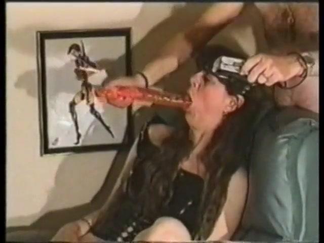 herhaaldelijke keren neukt ze haar mondje verlangend met de big beautiful woman sexspeeltje