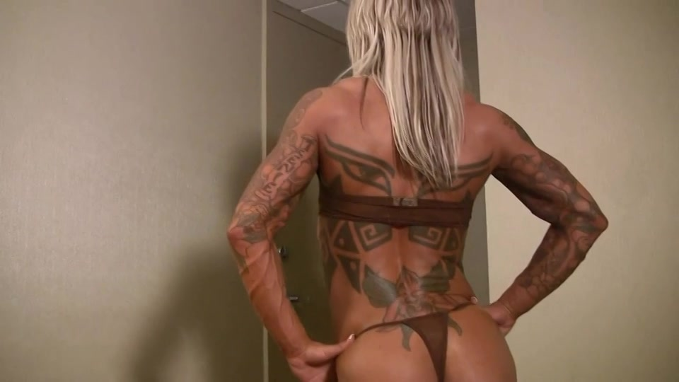 erotisch gespierde blonde hottie