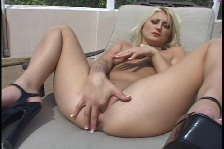 Ze propt de vinger in de pruim die net een orgasme heeft gehad