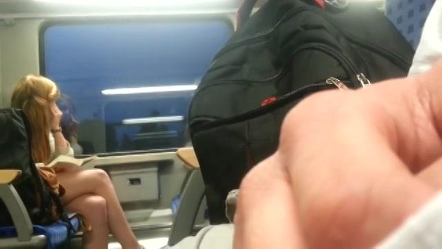 Stiekem filmt hij hoe hij zich zelf in de trein masturbeert