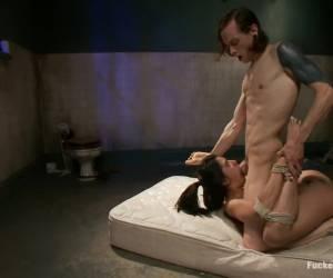 Hij beft en neukt haar kale negerinnen kut
