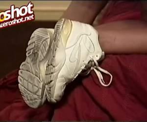 Bisex meid met een been beft vingert pijpt en word geneukt