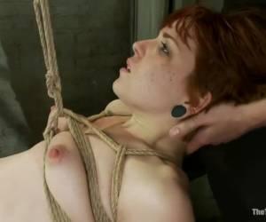 Lachend vingert ze anal en masseert ze haar klit