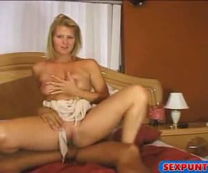 Met haar mond vol sperma kijkt de blondine in de camera