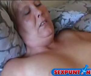 Twee oudere lesbos neuken erop los