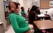 schoolmeisje kan gewoon niet van haar kutje afblijven